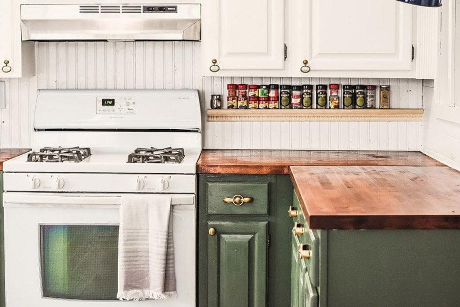 قفسه های مختلف در چیدمان آشپزخانه
