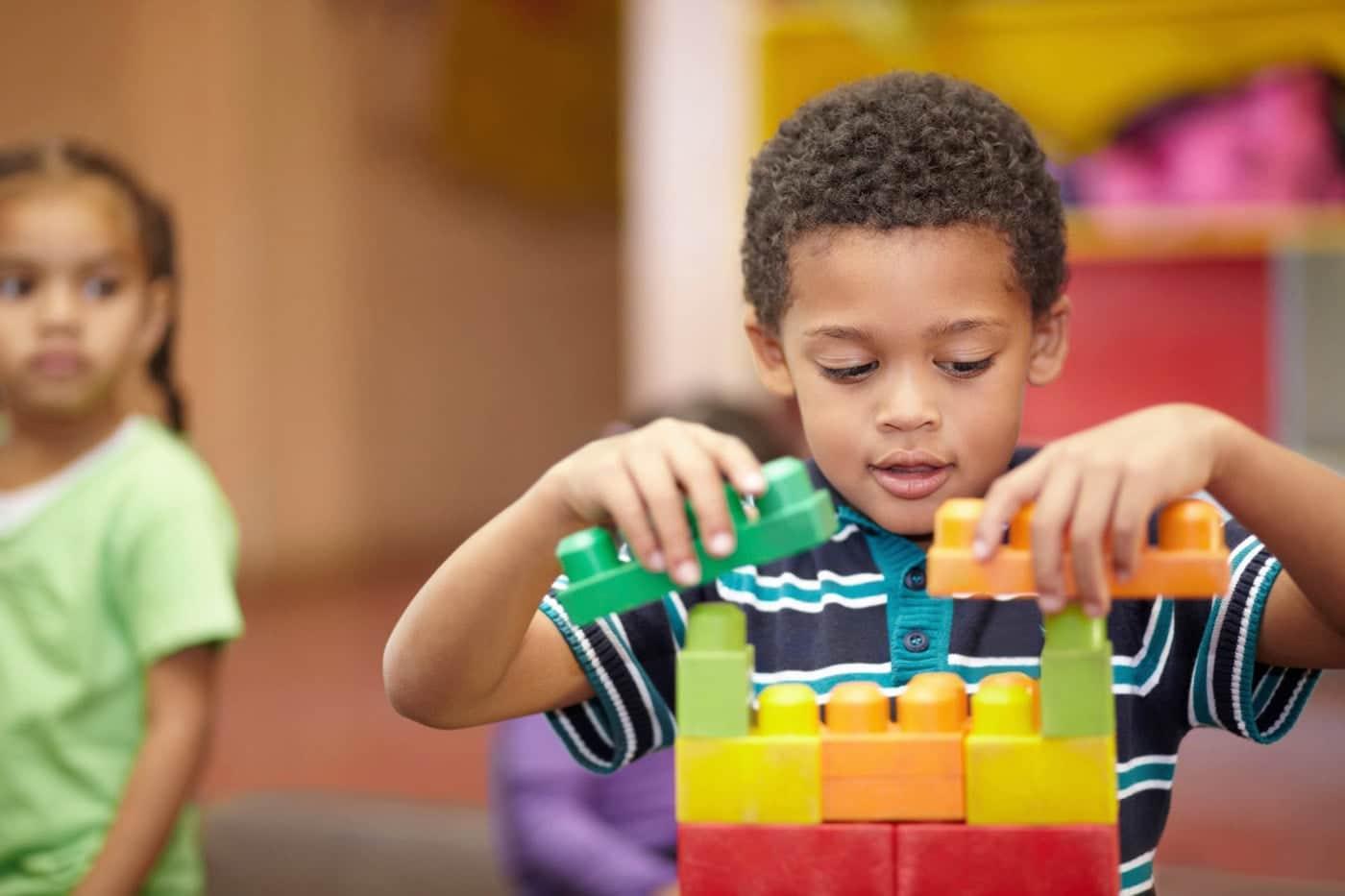 علائم اوتیسم چیست و روش تشخیص آن چگونه است؟