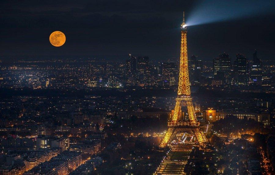 برج ایفل در تاریکی شب