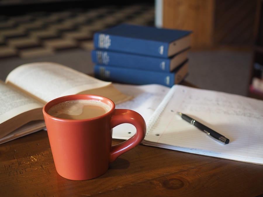خوردن چای در فنجان مورد علاقه در محیط کار