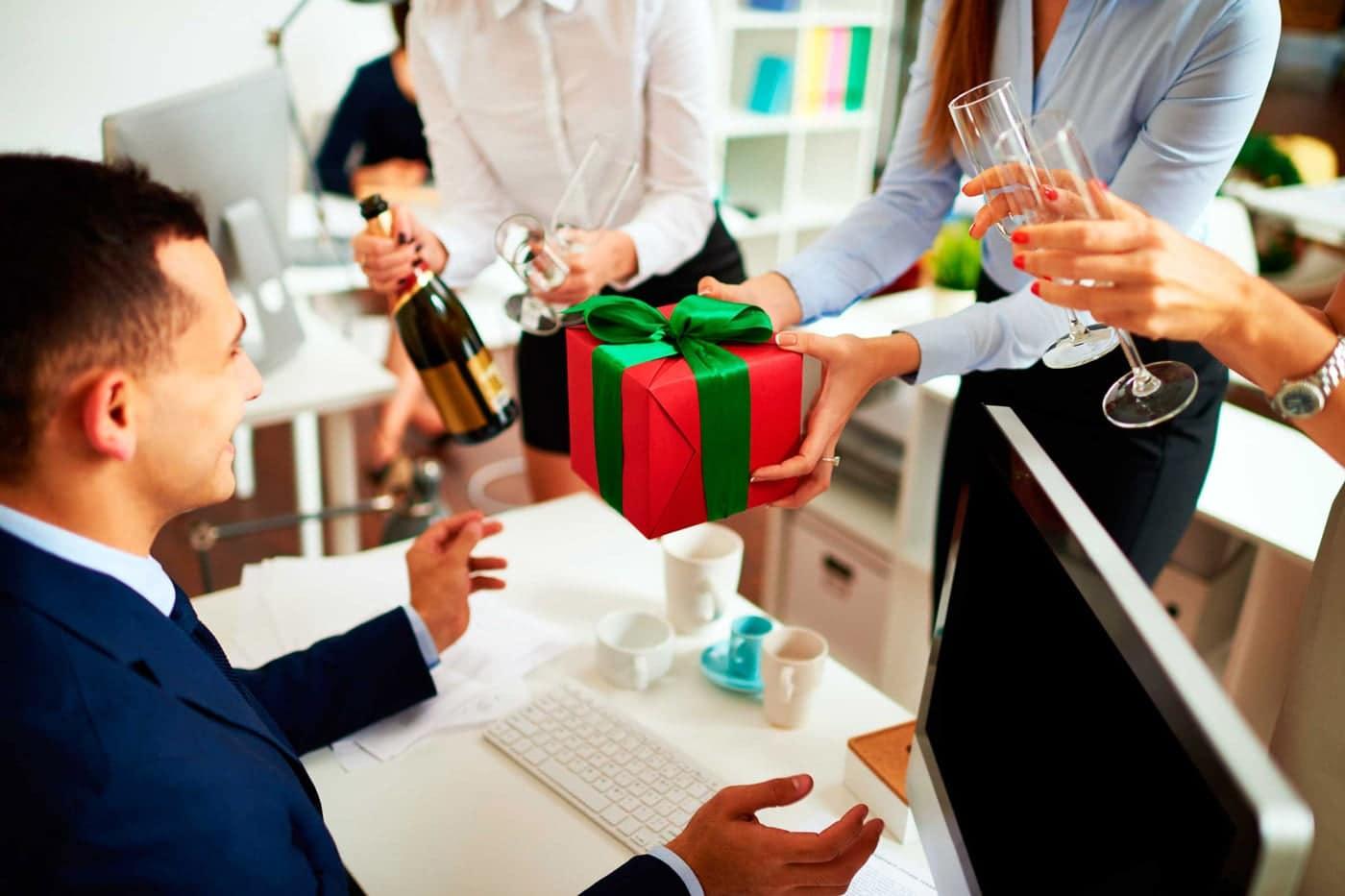 هدیه دادن در محل کار