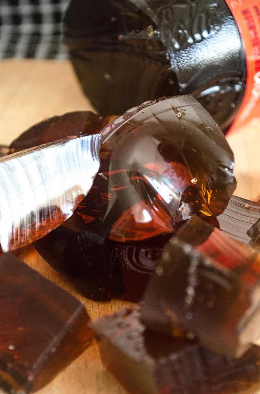 خرد کردن ژله در بطری نوشابه و خوردن
