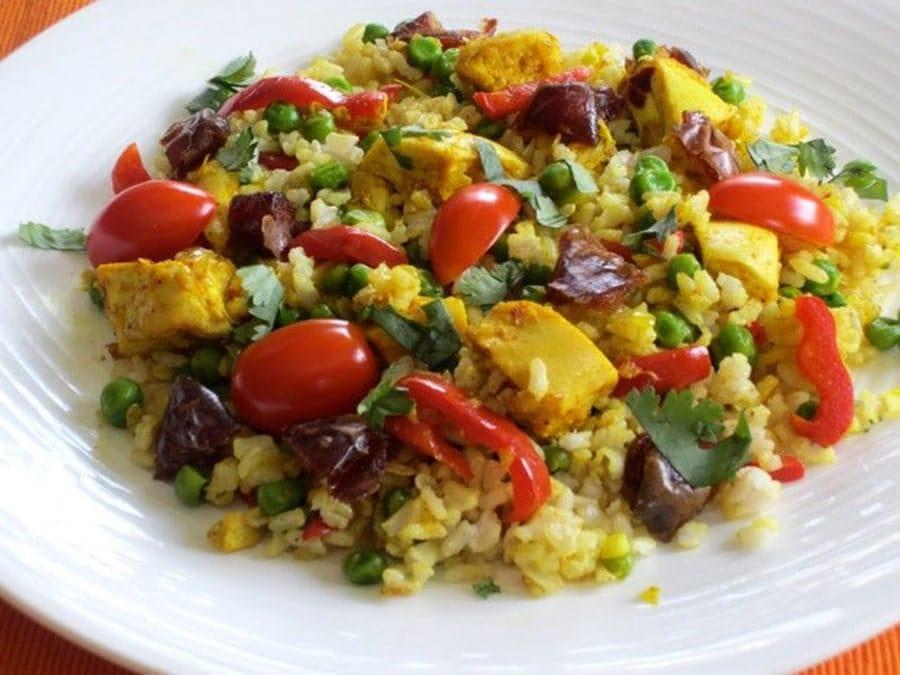سالاد برنج مرغ و سبزیجات و برنج باقی مانده از غذا