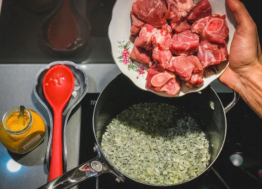 مراحل درست کردن خورش قورمه سبزی