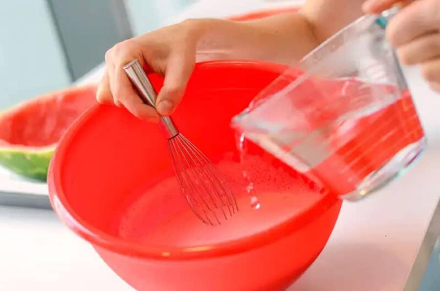 آماده سازی ژله در پوست هندوانه
