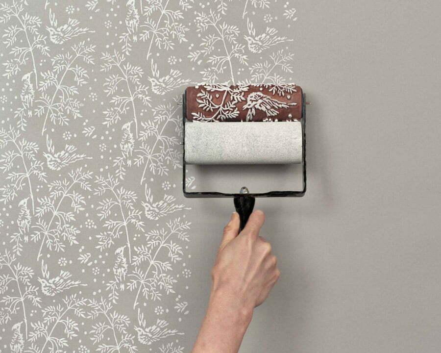 رنگ آمیزی با غلطک طرح دار روی دیوار
