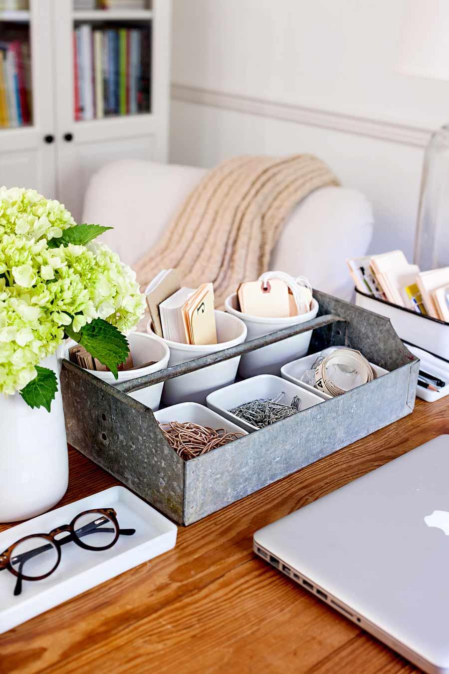 فضای ذخیره سازی لوازم تحریر روی میز کاز