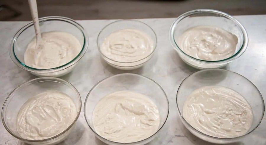 آماده کردن خمیر برای درست کردن کیک رنگین کمان