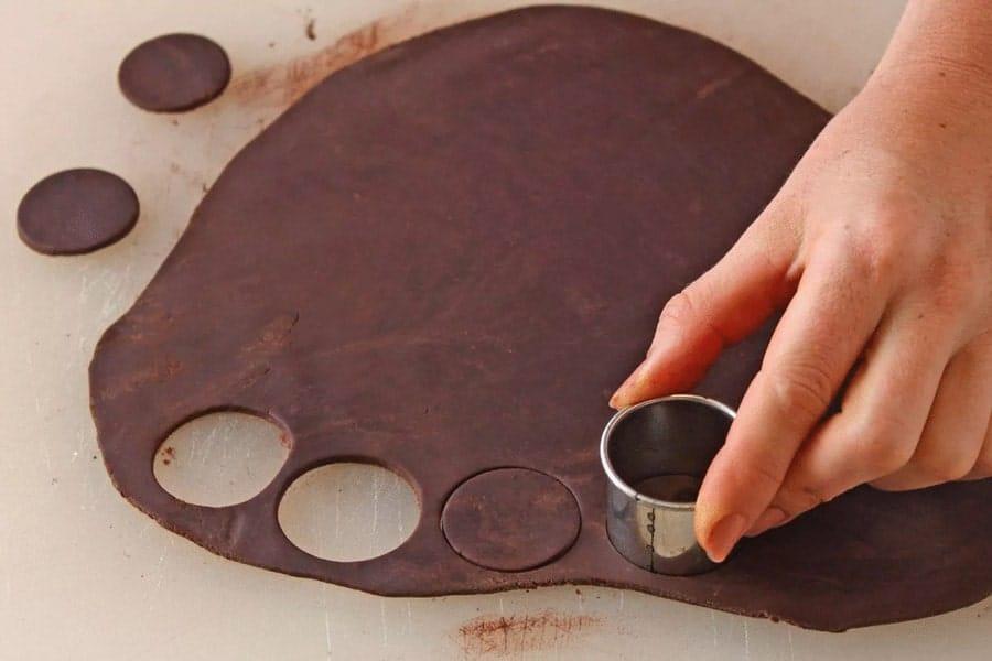 برش فوم شکلات برای ساخت گل رز شکلاتی