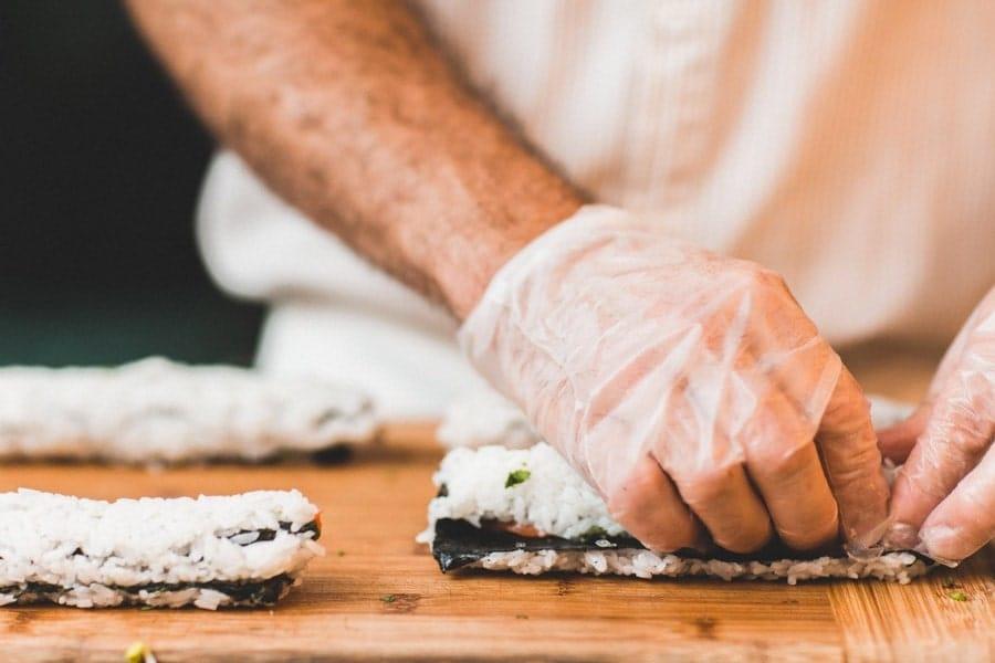 پوشیدن دستکش برای مراقبت از ناخن ها