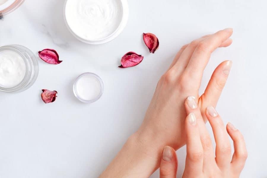 مرطوب نگه داشتن دست و ناخن یک راهکار مناسب برای مراقبت از ناخن ها